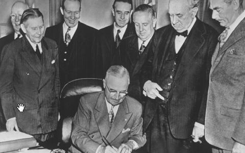 杜鲁门总统签署欧洲复兴法案